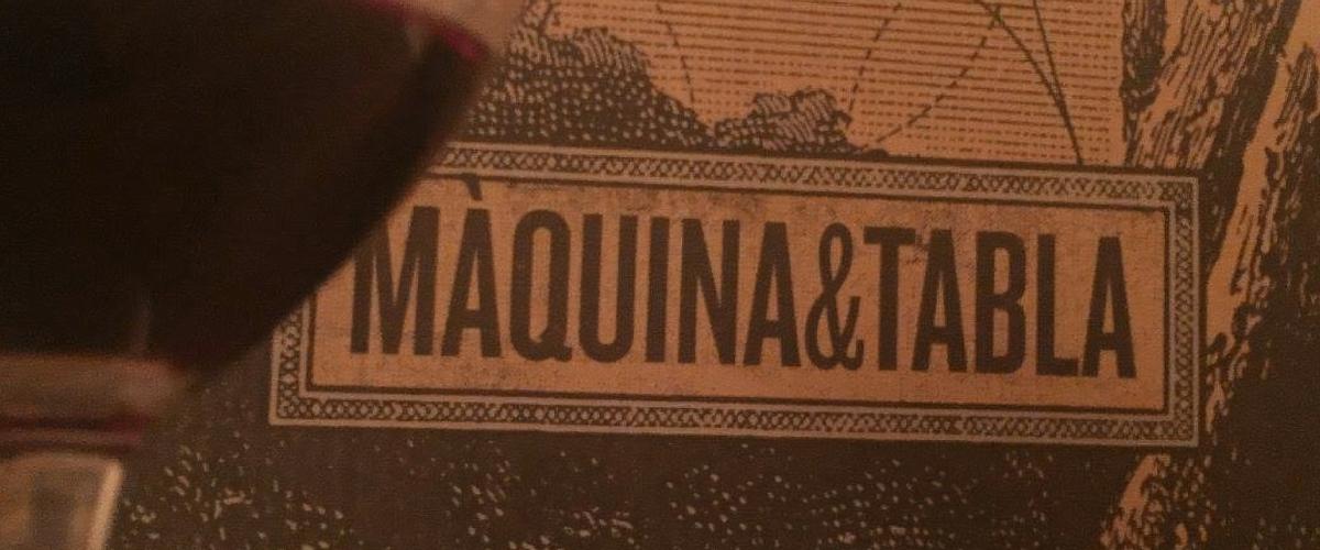Foto detalle de unas botellas de los vinos maquina y tabla en quiero delicatessen