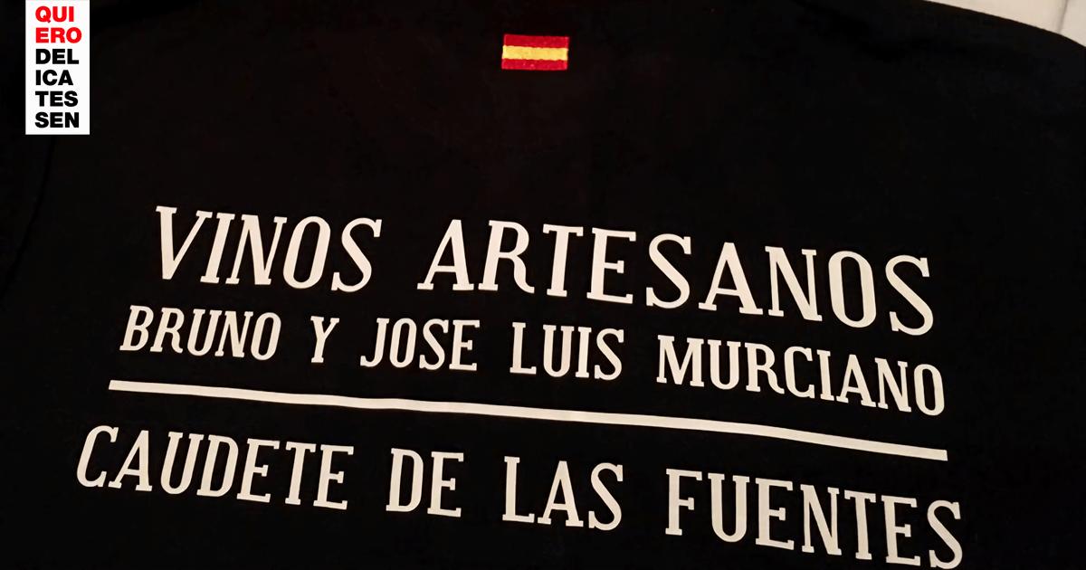 Imagen de un polo con el nombre de la bodega bordado en él. Vinos Bruno y Jose Luis Murciano - Vinos en Quiero Delicatessen - Villena - Alicante - Vino - Vinos - Bobal