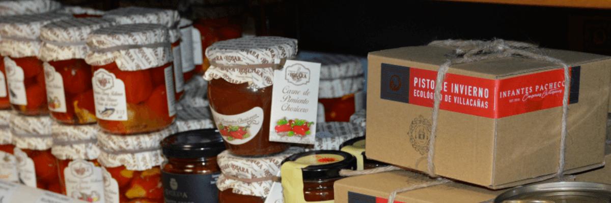 Fotografía donde aparecen algunos de los productos de nuestra tienda. Cestas de regalo en Villena para Navidad y todo el año - Quiero Delicatessen Villena - Regalar - navidad