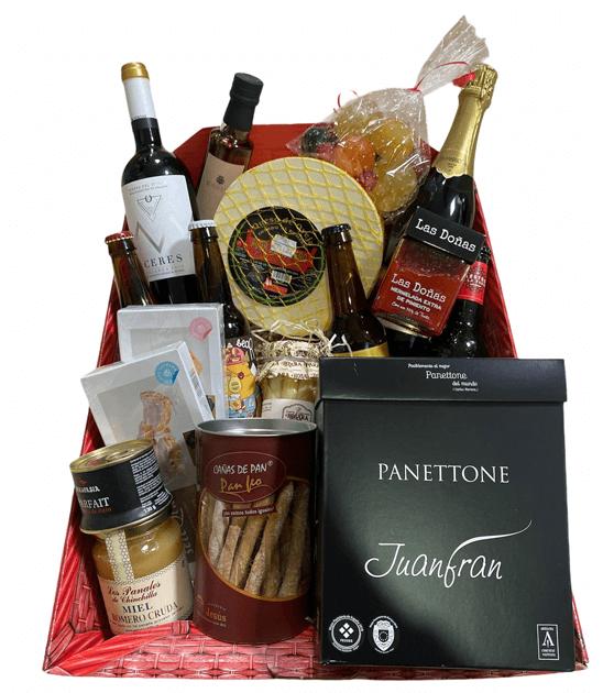 Fotografía donde aparece una de nuestras cestas de Navidad. Cestas de regalo en Villena para Navidad y todo el año - Quiero Delicatessen Villena - Regalar - navidad